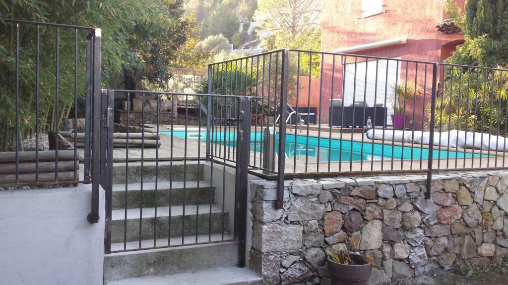 Barriere piscine design fabulous installer des barrires for Barriere piscine bois